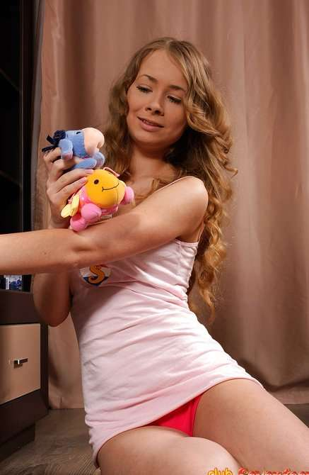 Красотка удовлетворила себя секс игрушкой на шезлонге